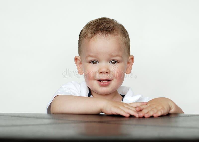 Baby die in Studio glimlacht royalty-vrije stock afbeelding