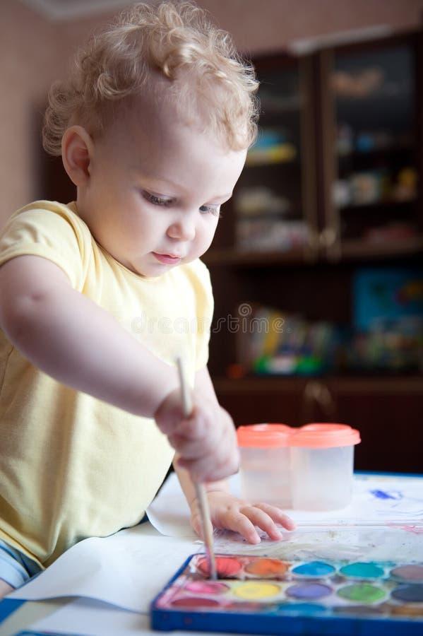 Baby die thuis schildert stock fotografie
