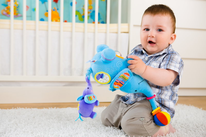 Baby die thuis speelt royalty-vrije stock fotografie