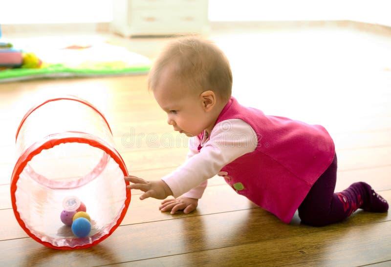 Baby die thuis speelt royalty-vrije stock foto