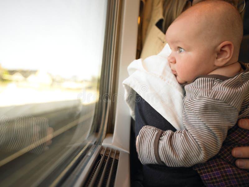 Baby die uit het Venster van de Trein kijkt royalty-vrije stock afbeeldingen