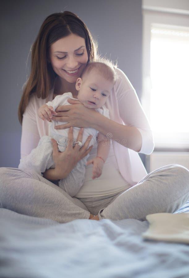 Baby die uw leven veranderen stock foto