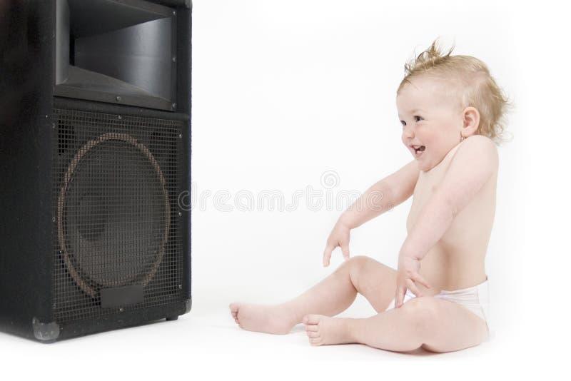 Baby die van geluid voor luidspreker geniet stock afbeeldingen
