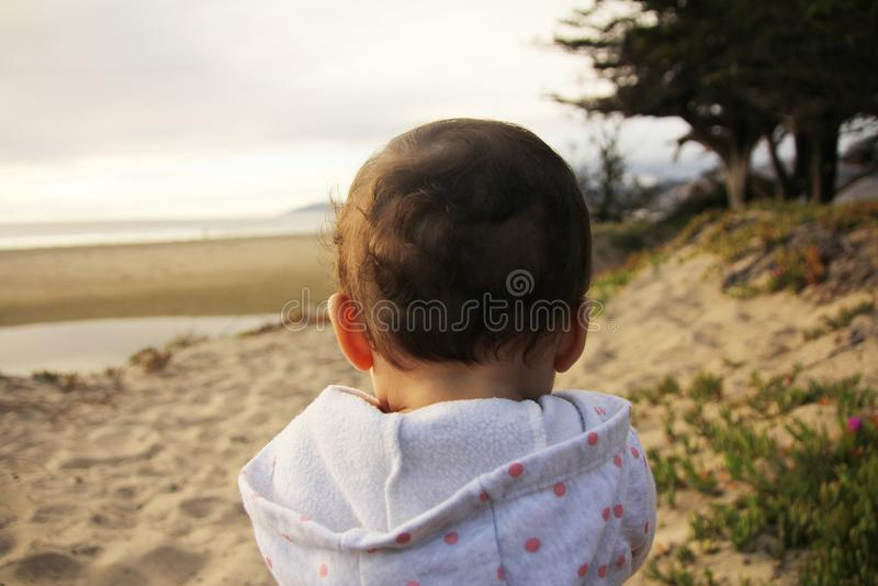 Baby die van tijd op het strand genieten royalty-vrije stock fotografie