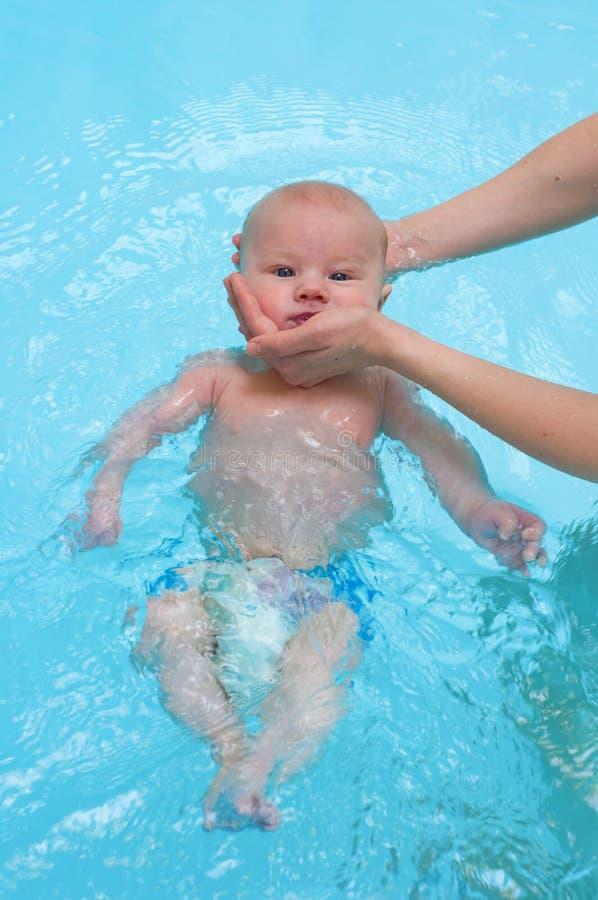 Baby die in water zwemmen royalty-vrije stock afbeeldingen