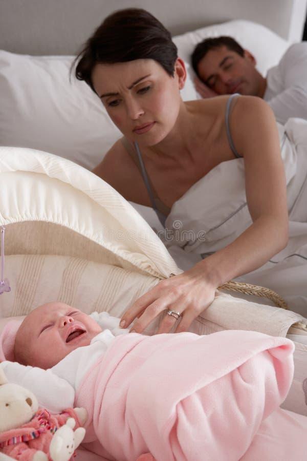 Baby die in Wieg in de Slaapkamer van Ouders schreeuwt stock foto