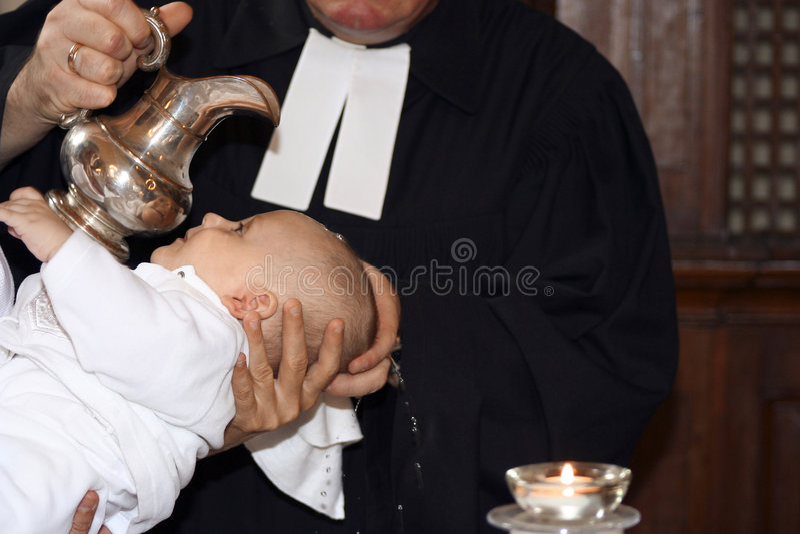 Baby die wordt gedoopt stock afbeelding
