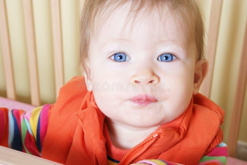 Baby die zich in Voederbak bevindt royalty-vrije stock afbeeldingen
