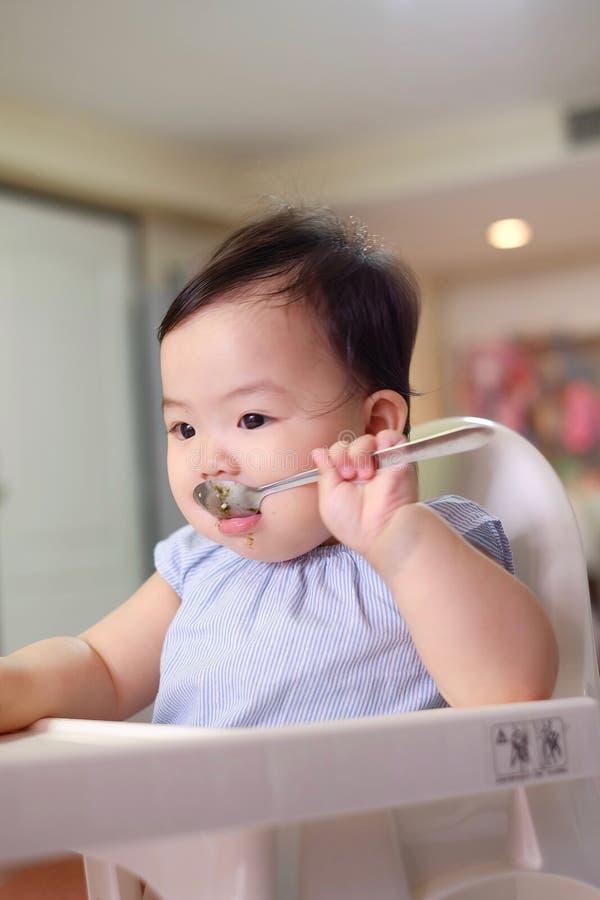 Baby die zilveren lepel gebruiken royalty-vrije stock fotografie