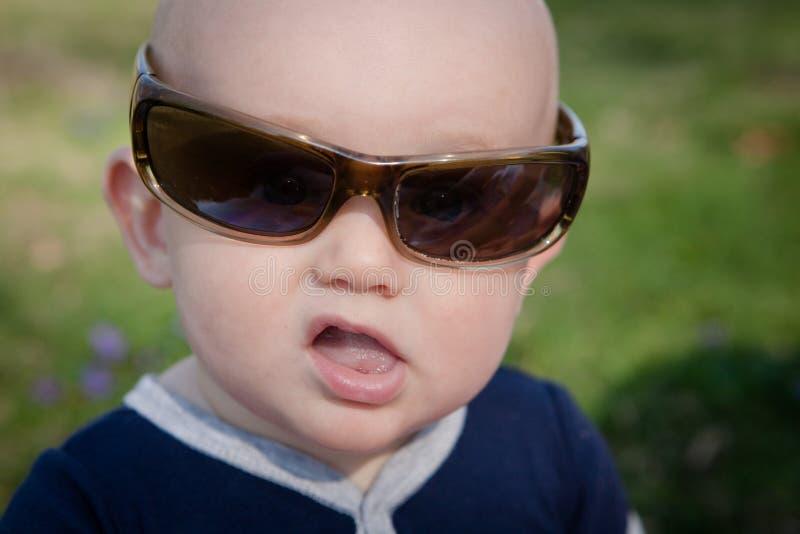 Baby die Zonnebril draagt stock foto
