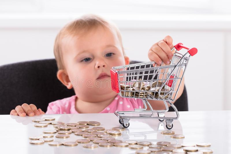 Baby Dragend Muntstuk in het Winkelen Karretje royalty-vrije stock foto