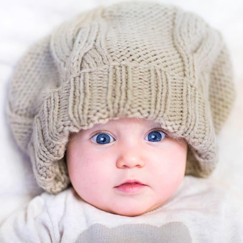 Baby in een gebreide hoed royalty-vrije stock foto