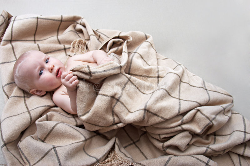 Baby in een plaid royalty-vrije stock foto's
