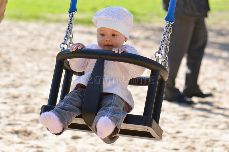 Baby in een schommeling stock afbeelding