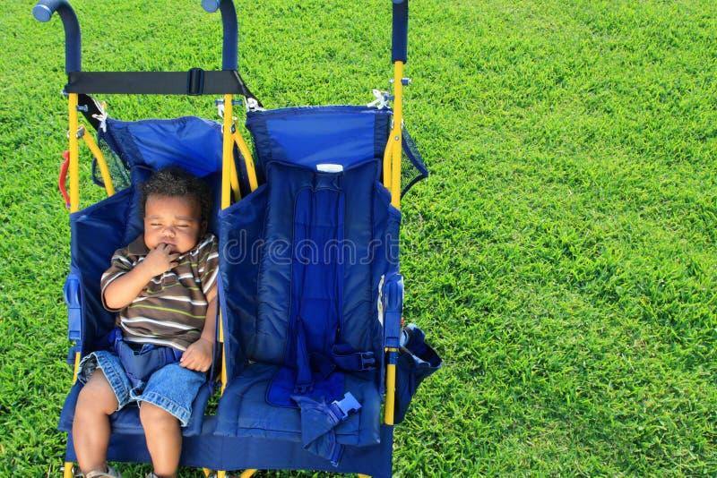 Baby in een Wandelwagen stock afbeeldingen