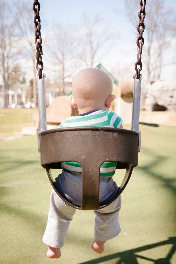 Baby in einem Baby-Schwingen stockfotos
