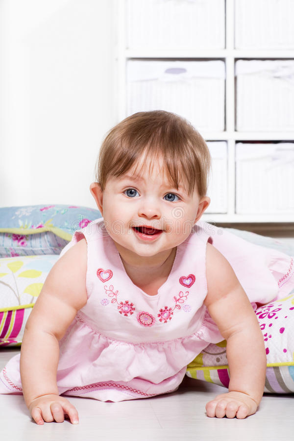 Baby in einem Kleid lizenzfreie stockfotografie