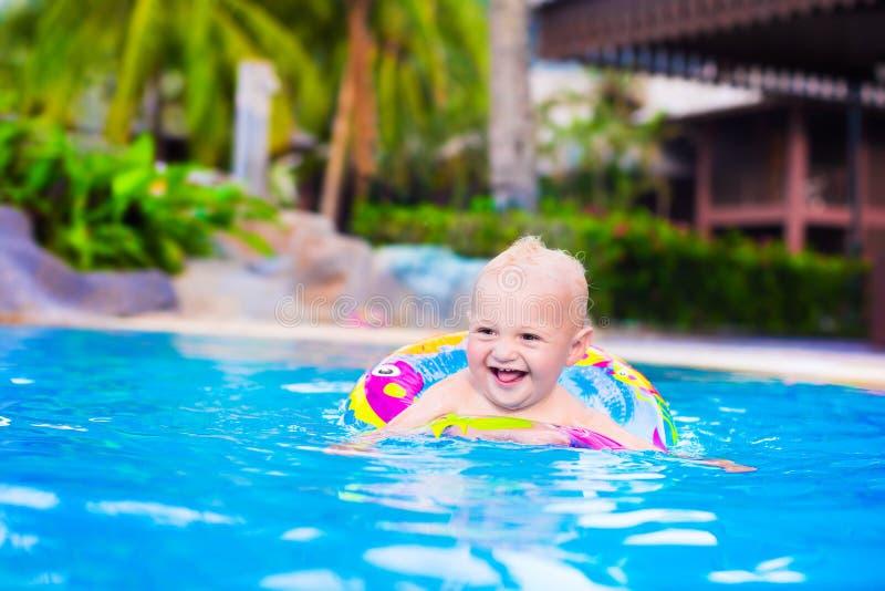 Baby in einem Swimmingpool stockfoto