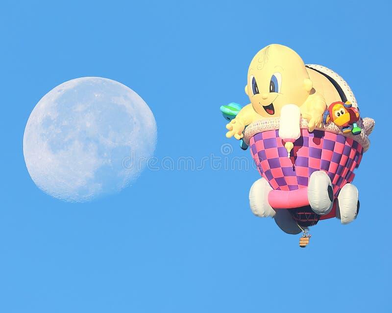 Baby in einem Wagenballon erreicht für den Mond in Albuquerque stockbild