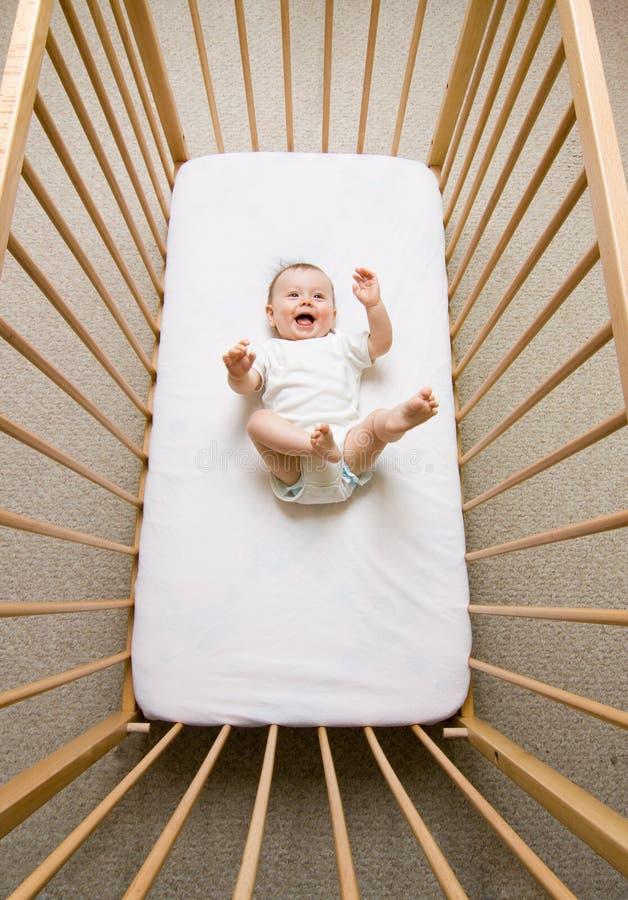 Baby in einer Krippe lizenzfreie stockfotos