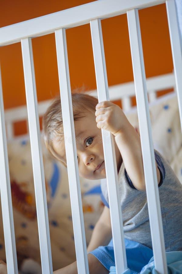 Baby in einer Krippe stockfoto