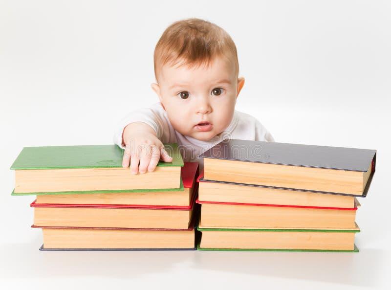 Baby en boeken stock afbeelding