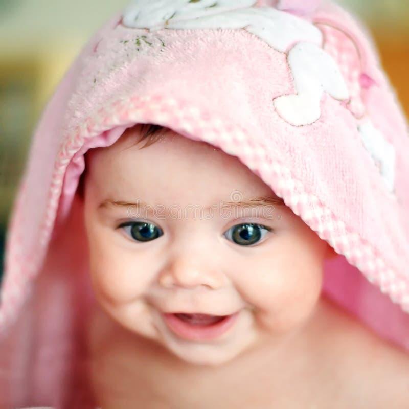 Baby en handdoek stock fotografie
