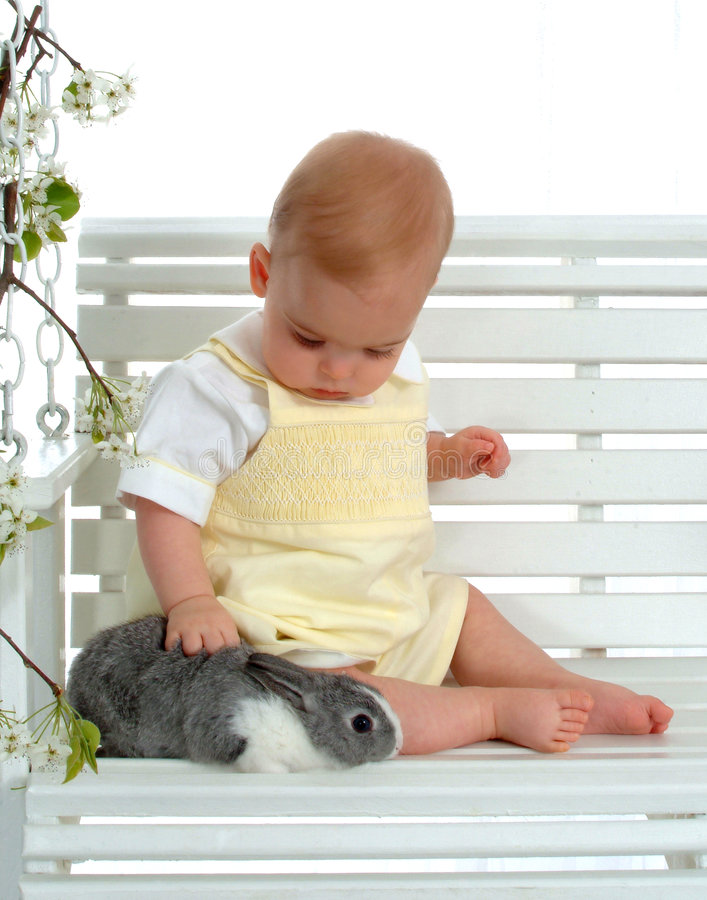 Baby en Konijntje op Schommeling royalty-vrije stock foto's