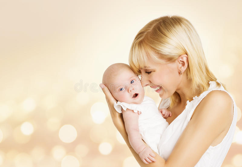 Baby en Moeder, Pasgeboren Jong geitje met Mamma, het Gelukkige Kind van de Vrouwenholding royalty-vrije stock foto
