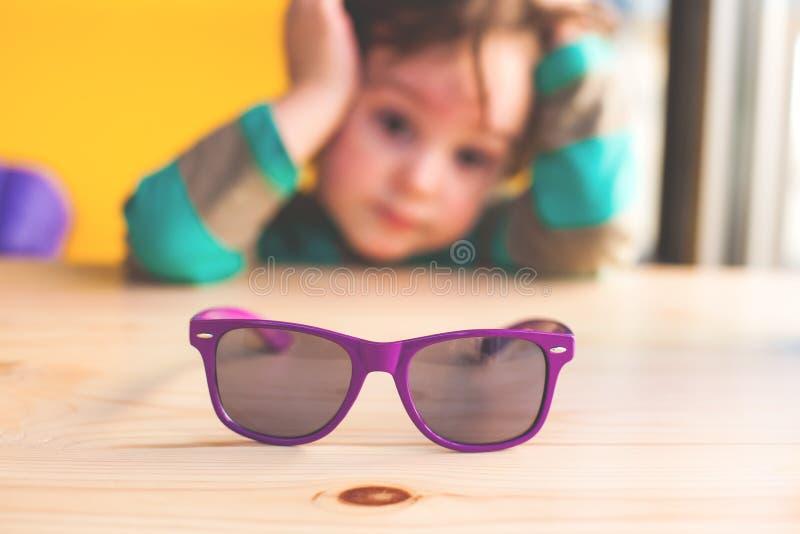Baby en zonnebril royalty-vrije stock fotografie