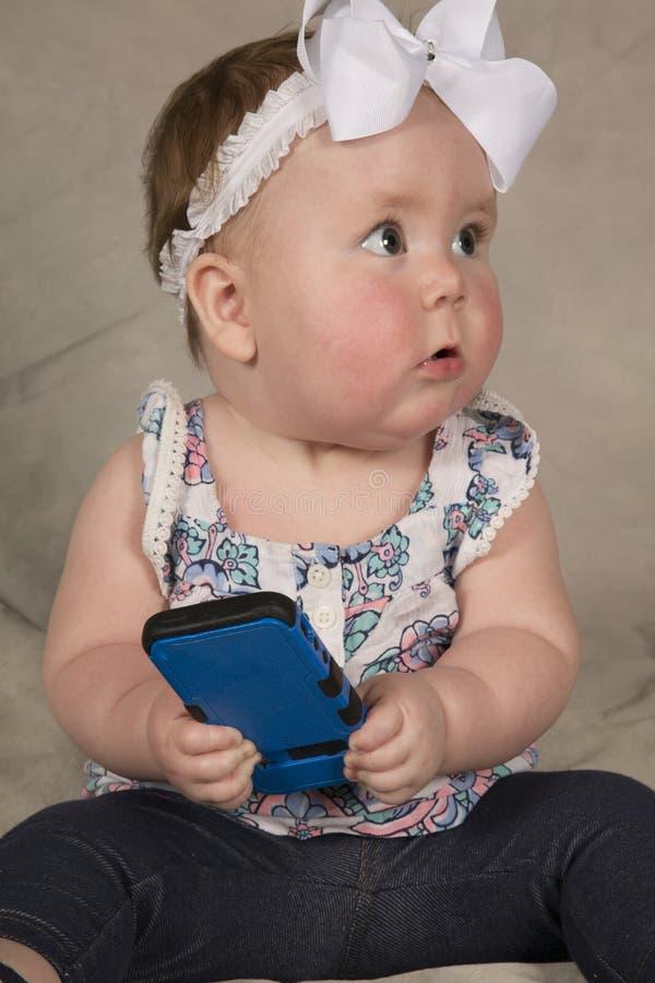 Baby fångade på telefonen arkivbilder