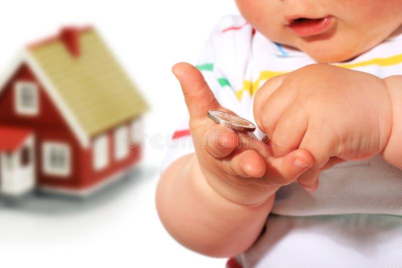 Baby, geld en huis. stock afbeelding