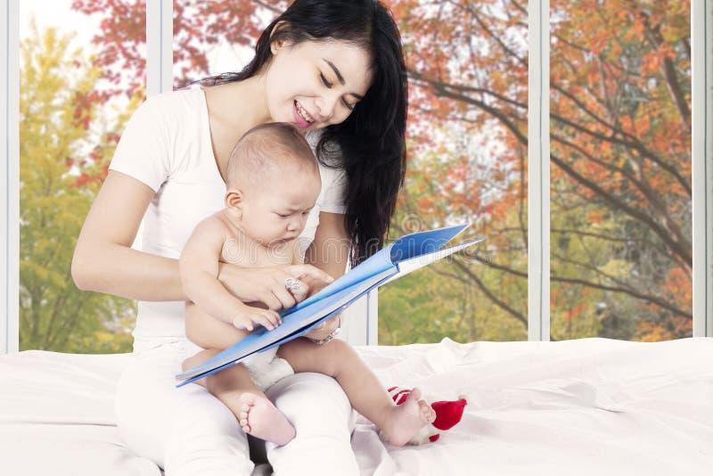 Baby gelezen verhaalboek met moeder royalty-vrije stock foto's