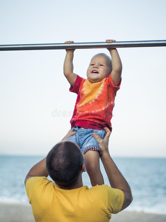 Baby hänga fotografering för bildbyråer