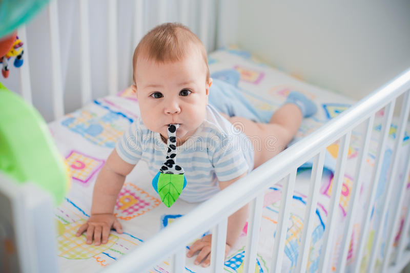 Baby in haar voederbak stock fotografie