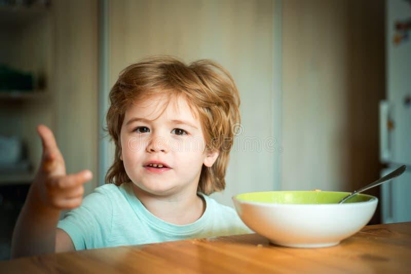 Baby het eten Voedsel en Drank voor Kind Weinig baby eet Goedemorgen in Gelukkige familie kinderverzorging De zomerrantsoen stock foto's