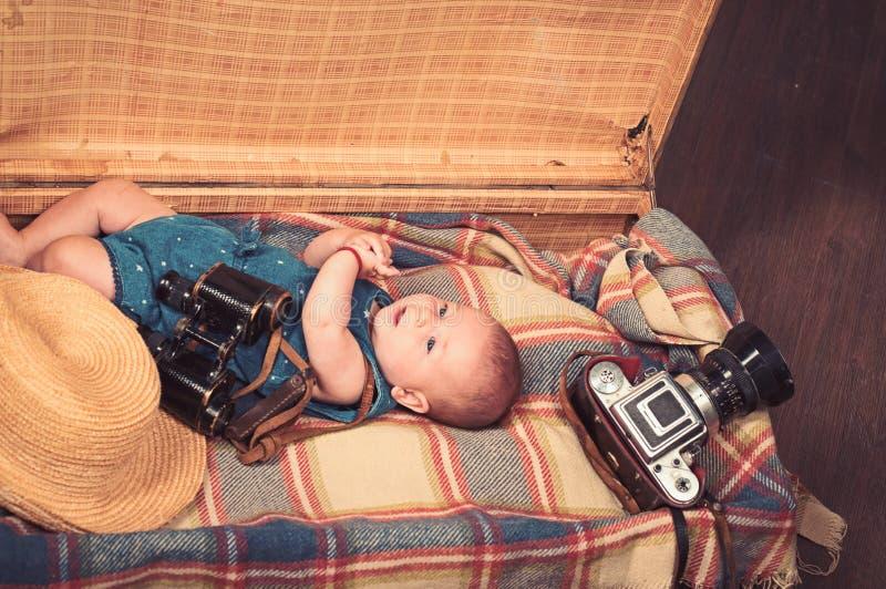Baby het groeien Klein meisje in koffer Het reizen en avontuur Portret van gelukkig weinig kind Snoepje weinig baby nieuw royalty-vrije stock afbeelding