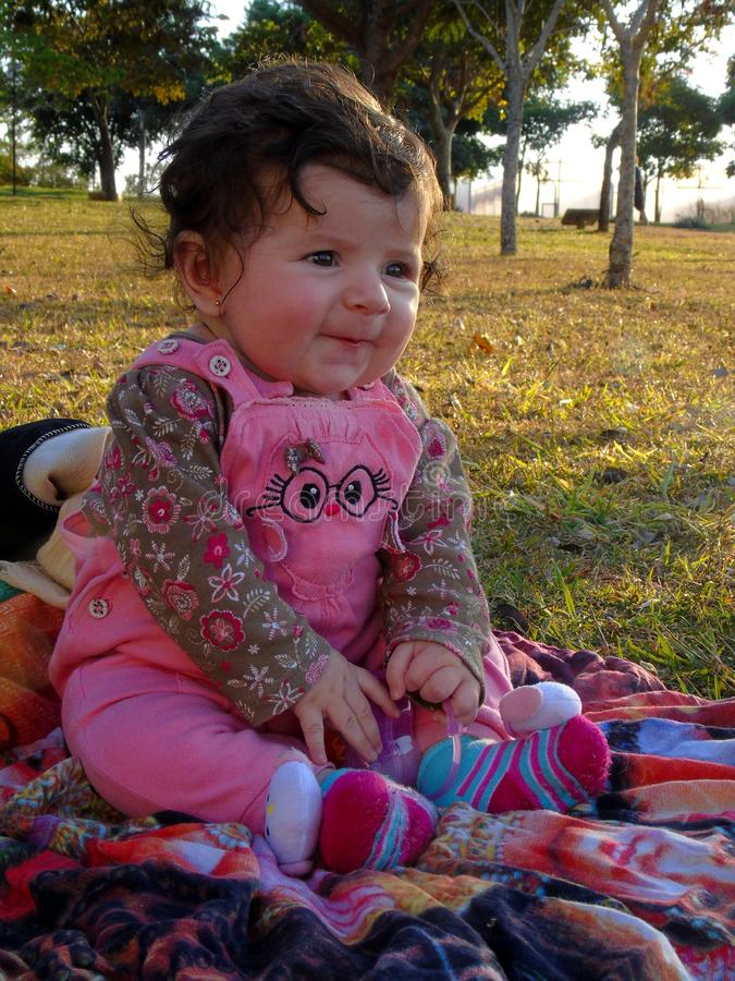 Baby in het groene park royalty-vrije stock afbeeldingen