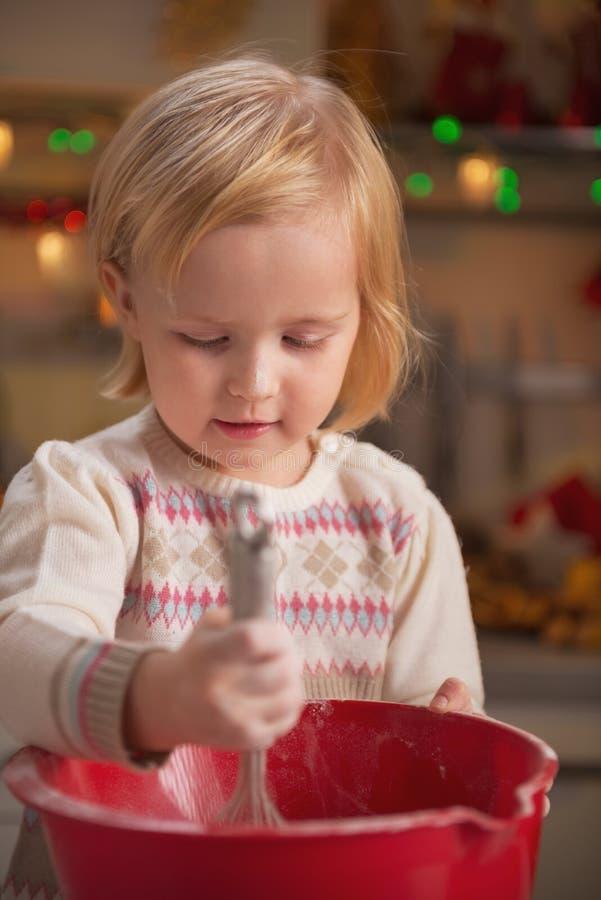 Baby het kneden deeg het gebruiken zwaait royalty-vrije stock foto's