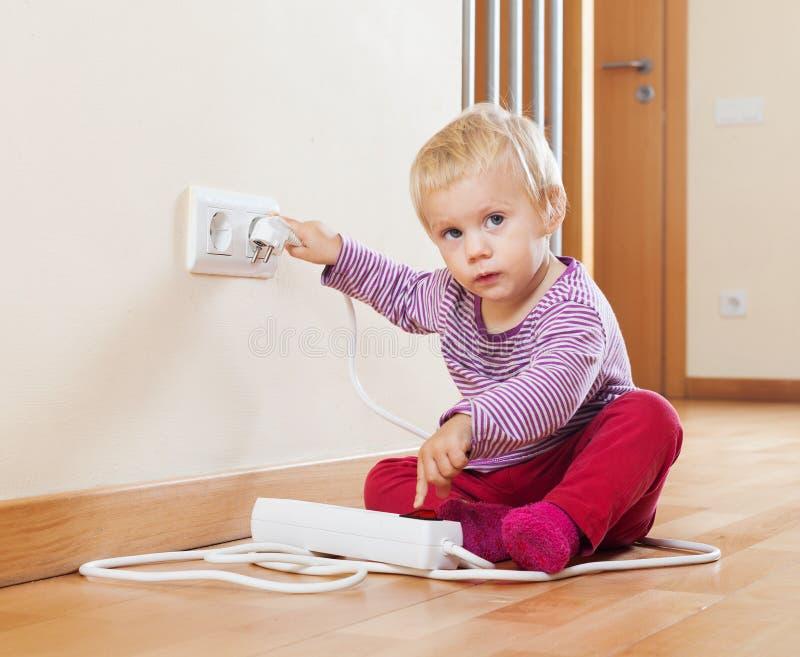 Baby het spelen met elektrouitbreiding en afzet royalty-vrije stock foto
