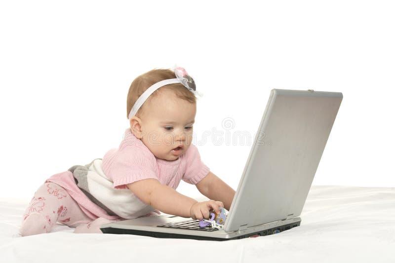 Baby het spelen met laptop royalty-vrije stock fotografie