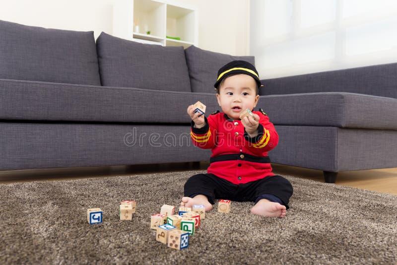 Baby het spelen met speelgoed blcok stock foto's