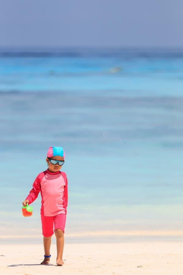 Baby het spelen met speelgoed op het strand stock fotografie