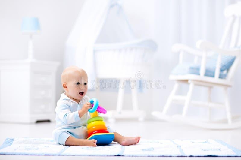 Baby het spelen met stuk speelgoed piramide Jonge geitjesspel royalty-vrije stock afbeelding