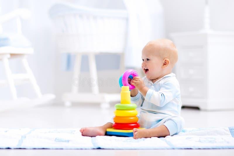 Baby het spelen met stuk speelgoed piramide Jonge geitjesspel royalty-vrije stock afbeeldingen