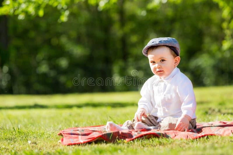 Baby het spelen op het gras royalty-vrije stock foto's