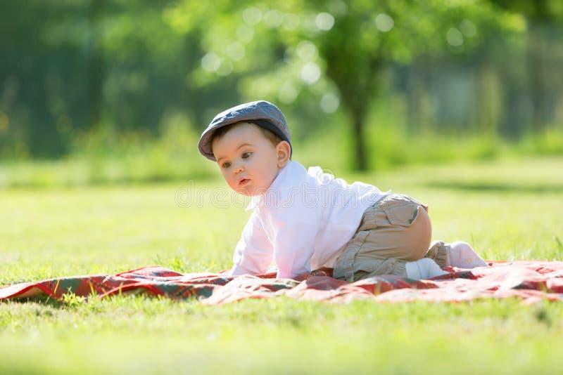 Baby het spelen op het gras royalty-vrije stock afbeelding