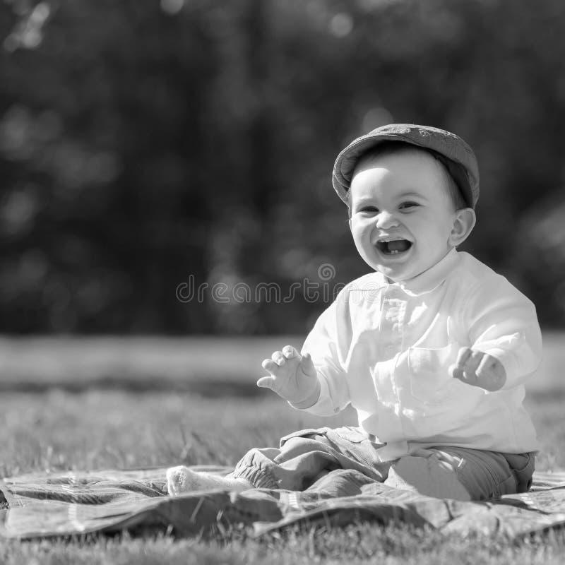 Baby het spelen op het gras stock foto