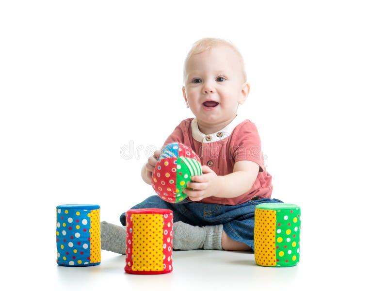 Baby het spelen speelgoed stock fotografie