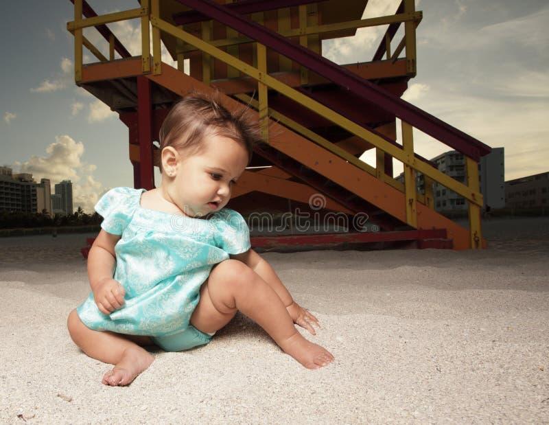 Baby in het zand royalty-vrije stock fotografie
